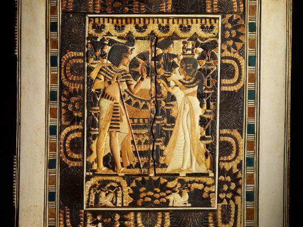 incisione-su-avorio-di-tutankhamon-col-bastone-e-sua-moglie-ankhesenamon-kenneth-garrett-national-geographic